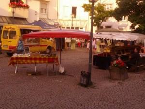 Gourmetmarkt gegen Abend auf dem Maxplatz