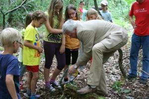 """Ferienspaß """"Wald- und Wasserwoche"""" - Oberbrügermeister beim Baumscheibensägen"""