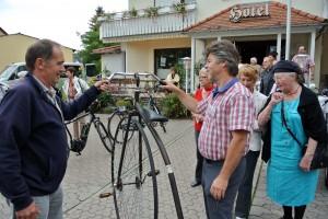 Hannes Ballhorn wagte es nur mit Hilfe von Edgar Rabung auf den Sattel des Hochrads zu steigen