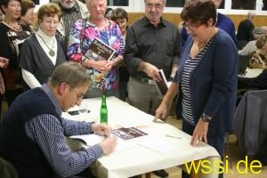 (Karl Abel beim signieren der Bücher)