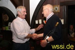 Werner Gress überreicht ein Erinnerungsgeschenk