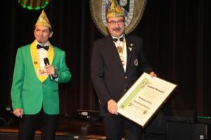 Patric Jost (l.) ernennt Wolfgang Blatt (r.) zum Ehrenpräsidenten de DNZ