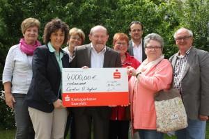 Caritas, Orgateam und Seniorenbeirat der Stadt St. Ingbert freuen sich über die Startsumme des Fonds.