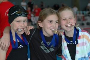 Siegerinnen über 100m Rücken von links nach rechts: Josephine Siehr (Schwimmfreunde St. Ingbert, sfi), Anna Apushkinskaja (DJK-Dudweiler), Hanna Kube (Schwimmverein Altenkessel). Foto: Barbara Siehr, Verein