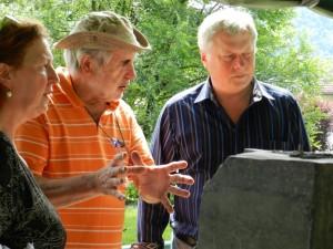 Oberbürgermeister Hans Wagner studierte die Arbeiten der Künstler der Sommerakademie mit der Leiterin der VHS Marika Flierl und dem Bildhauer Erich Morlo