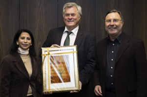 Die Ebru-Künstlerin Gülhan Efkar und Siegfried Thiel zu Gast bei Oberbürgermeister Hans Wagner.