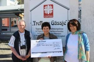 Wolfgang Philipp überreichte den Spendenscheck aus dem Verkauf des Benefizkalenders an Ursula Rodner undUlrike Molitor. Foto: dengmert.de