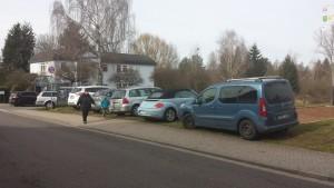 Zugeparkter Grünstreifen vor der Rohrbachhalle (Foto: Jörg Herges)