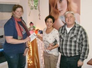Herdis Behmann und Udo Schmitt bei der Spendenübergabe an Heidi Hauck (Mitte) von den Geierfrauen. (Foto: SPD)