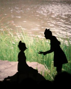 Szenen aus Alice im Wunderland als Schattentheater (Foto: Leibniz Gymnasium)