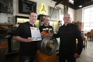 Bildtext: Heiko Stief (links), Martin Wirtz (Mitte) und Georg Schmitt (rechts) von der Karlsberg Brauerei bei der Übergabe der Petition. Foto: Thomas Seeber/Karlsberg