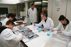 Dr.  Schuh stellt Schulleiterin Falk die neuen Laborarbeitsplätze vor