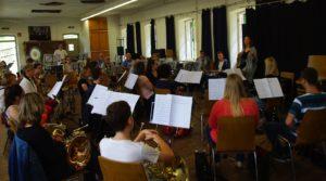 Regisseurin Katharina Molitor im Gespräch  mit den Musikern der Bergkapelle (Foto: Petra Jung)