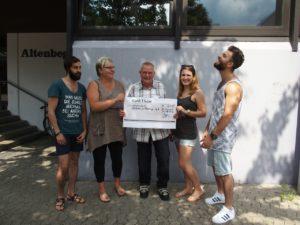 von links: Nawar Issa, Christina Wieth, Wolfgang Philipp, Anne Jung und Khaled Sharif. Khaled Sharif hatte einen Luftsprung gemacht als er hörte, dass die Flüchtlingshilfe 500 Euro bekommt. (Foto: Wolfgang Philipp)