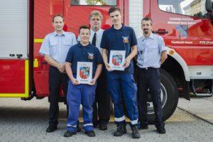 neue Feuerwehranwärter mit Wehr- und Löschbezirksführung (Foto: Feuerwehr)
