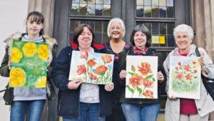 Foto: Christa Strobel (das Foto zeigt in der Mitte die Dozentin Hannelore Dörrschuck mit Teilnehmerinnen des Mal-Workshops)