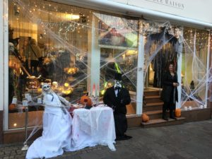 Die Geschäfte waren an Halloween gruselig geschmückt (Foto: Miriam Flieger)